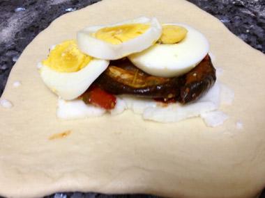 לחם גיאורגי ממולא בגבינות, ירקות וביצה קשה