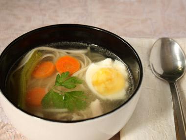 מרק עוף צח עם תוספות בסגנון אסיאתי