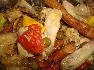 כנפי עוף צלויות עם נקניקיות וירקות