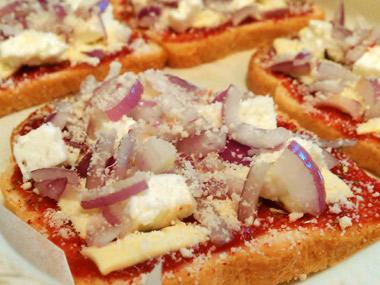 פיצה לחם עם בצל סגול ושלוש גבינות