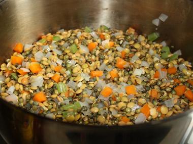 מרק עדשים שחורות וירוקות