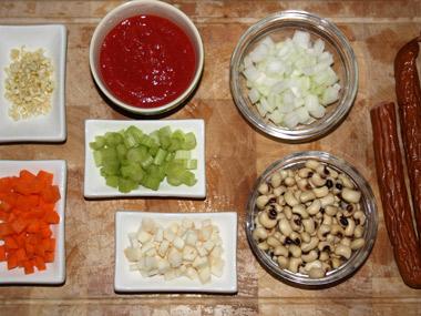 מרק עגבניות עם לוביה וקבנוס בסגנון איטלקי