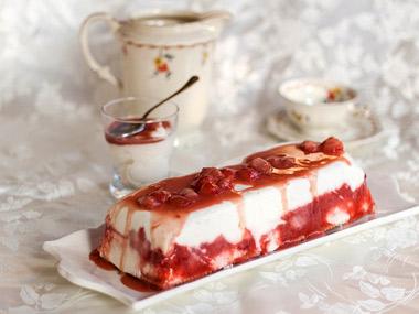 עוגת מסקרפונה ושוקולד לבן ברוטב תותים