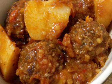 כדורי בשר ותפוחי אדמה ברוטב עגבניות