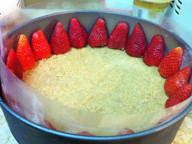 עוגת מוס גבינה עם תותים ופיסטוקים קלויים