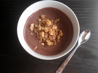 מעדן שוקולד מריר עם אגוזים על בסיס יוגורט