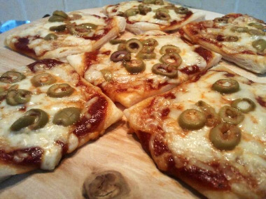 ריבועי פיצה מבצק עלים