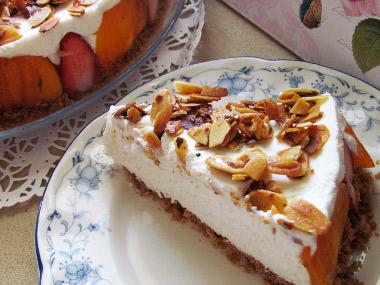 עוגת גבינה, פירות ושקדים זהובים