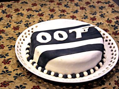עוגת בצק סוכר מעוצבת בסגנון ג`יימס בונד