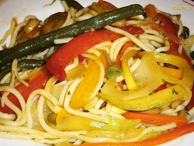 מוקפץ ירקות ונודלס