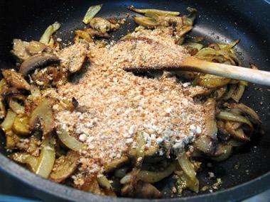 אטריות דקיקות בתוספת בצל ופטריות