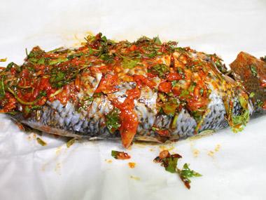 דג ברמונדי שלם בעשבי תיבול