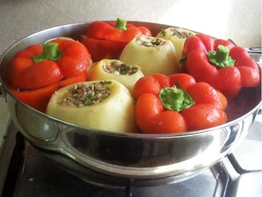 פלפלים ותפוחי אדמה ממולאים בשר ואורז