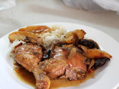 כרעיים עוף צלויות בתנור עם שזיפים ופטריות