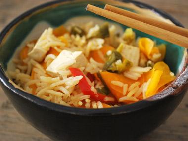אורז מוקפץ עם טופו וירקות
