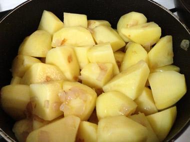 תבשיל תפוחי אדמה בכורכום ושמיר