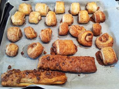 עוגיות בצק עלים עם אגוזים קצוצים וקינמון