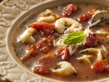 מרק טורטליני עגבניות, שום ובזיליקום