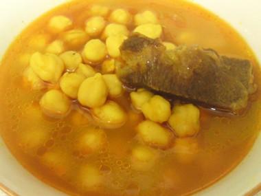 מרק פשוט וקל עם גרגירי חומוס ובשר