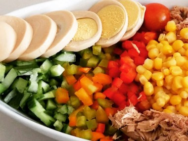 סלט ירקות עם טונה וביצה קשה