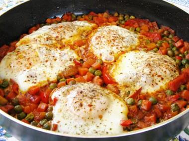 תבשיל אפונה וגזר עם ביצים מהמטבח המרוקאי
