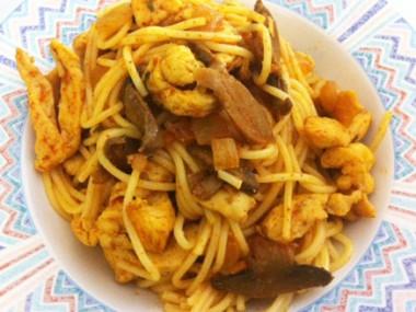ספגטי עם נתחי עוף ופטריות