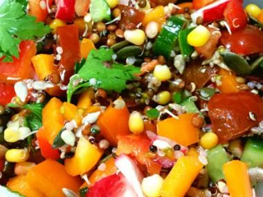 סלט ירקות עם עדשים מונבטות וקינואה