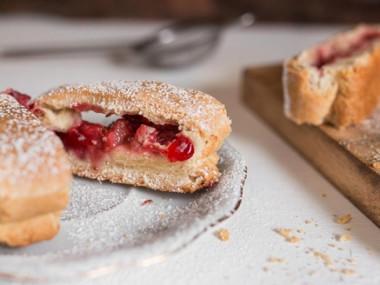 עוגיות מגולגלות פריכות עם תותים, רוזמרין ושוקולד