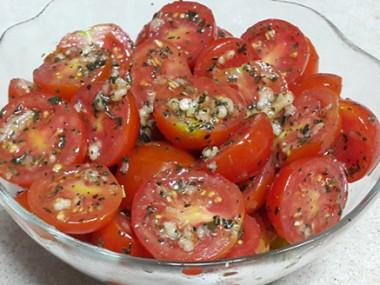 סלט עגבניות שרי קל להכנה