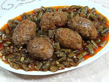 תבשיל לוביה ירוקה וכדורי בשר