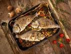 דג דניס שלם בתנור על מצע ירקות