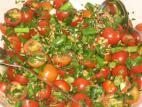 סלט עשבי תיבול ועגבניות