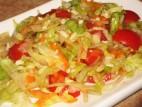 סלט ירקות עם רוטב צ`ילי מתוק ושקדים