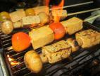 שיפודי טופו ופטריות במרינדת על האש