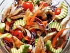סלט ירקות עשיר עם חזה עוף