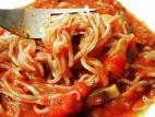 אטריות סקיני פסטה עם פטריות ברוטב עגבניות
