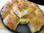 לחמניות שום והפתעות גבינה