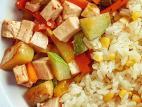 מוקפץ טופו וירקות לצד אורז עם תירס