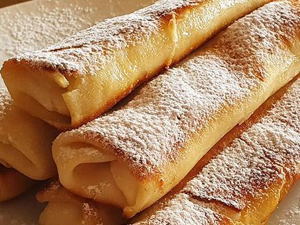 בלינצ`ס גבינה עם תפוחים מקורמלים וצימוקים