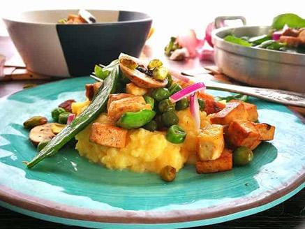 ירקות וטופו בסויה וסילאן על מצע פולנטה קרמית