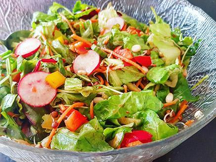 סלט ירקות קייצי עם עדשים מונבטות