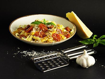 פסטה ברוטב חמאה, שום, יין לבן ועגבניות שרי