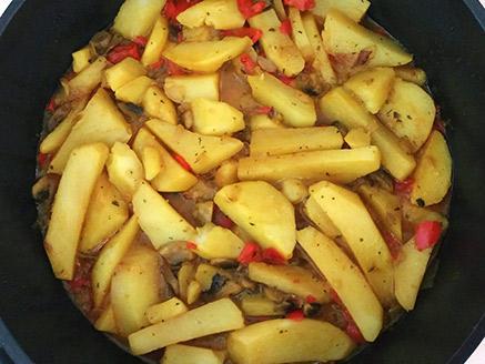 תבשיל תפוחי אדמה, פלפל אדום ופטריות
