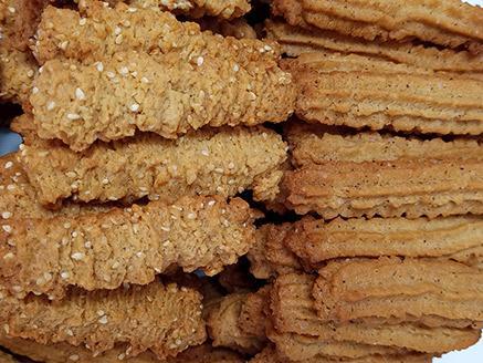 עוגיות פריכות עם שומשום וקינמון
