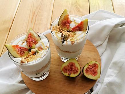 קינוח כוסות: יוגורט, פירות העונה ופירורים
