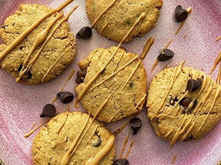 עוגיות חמאת בוטנים-שוקולד צ`יפס טבעוניות ללא גלוטן