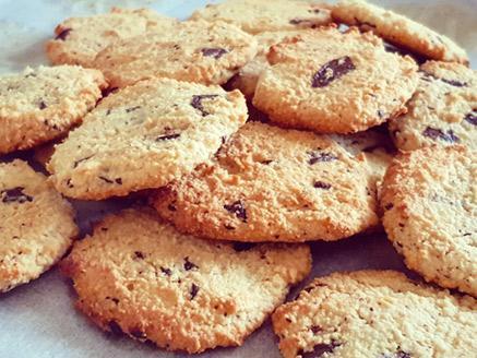 עוגיות שקדים טבעוניות ללא גלוטן עם שוקולד מריר