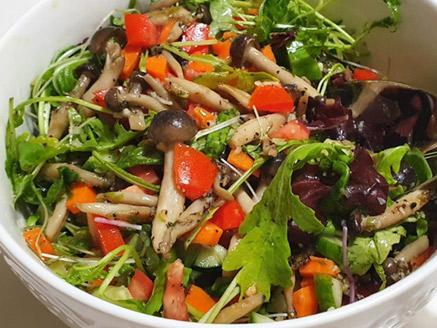 סלט ירקות עם עלי בייבי ופטריות שי-מג`י מוקפצות