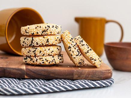 עוגיות פרמזן מלוחות עם שומשום וקצח