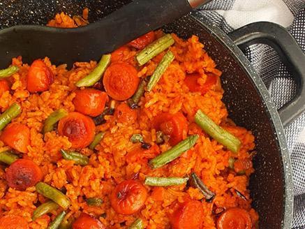 אורז אדום עם נקניקיות ושעועית ירוקה